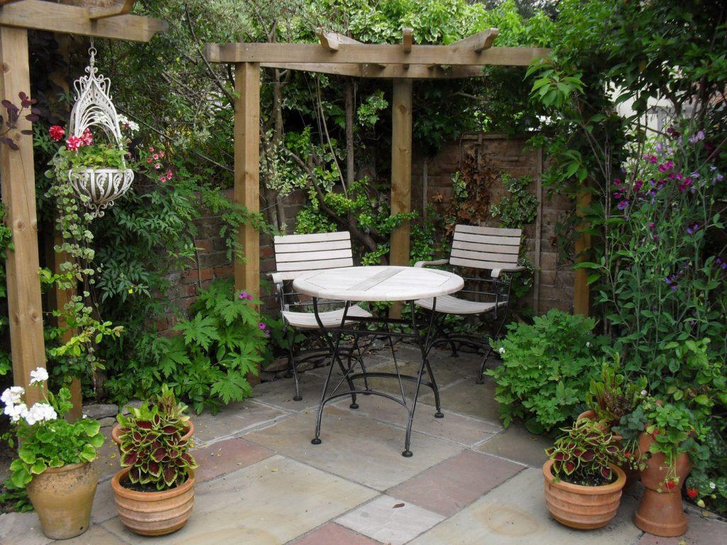 tempat duduk tersembunyi di taman yang sepi » Inspirasi Desain Taman yang Akan Membuat Hati dan Pikiran Nyaman